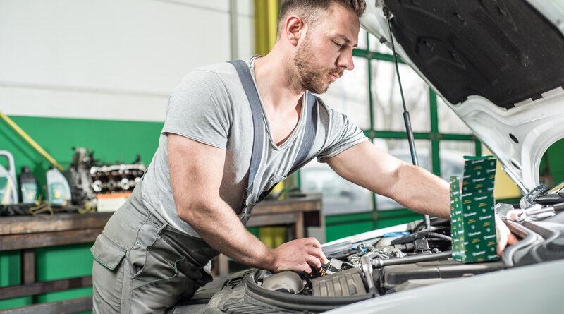 Automechaniker bei der Inspektion