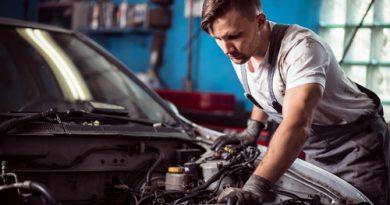 Mecánico inspecciona coche